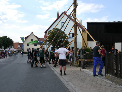Traditionelles Baumaufstellen
